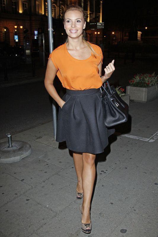 pomarańczowa koszulka, czarna spódnica