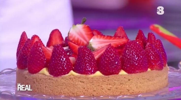 """La ricetta della torta regina di primavera (alle fragole) di Roberto Rinaldini, proposta dal maestro all'interno del programma di Tv8 """"The Real""""."""