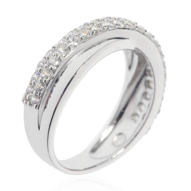 Diamonique, anello in argento 925 placcato rodio con la parte superiore composta da due fasce intrecciate, una con la finitura lucida, l'altra con un pavé di diamonique.