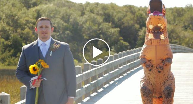 """Noiva Surpreende Noivo Vestida De T-Rex No Momento Do """"Primeiro Olhar"""". A Reação Do Noivo Foi Hilariante"""
