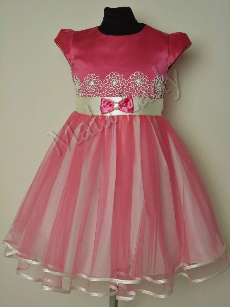 Wiztyowa sukienka Diana to połączenie satyny oraz delikatnego tiulu w kolorze malinowym. Góra sukienki udekorowana gipiurą w kolorze ecru. Odszyta płótnem bawełnianym oraz podszewką. Sukienka posiada kryty zamek, rękawy motylek oraz możliwość wiązania z tyłu sukienki szarfą w pasie. Sukienka dostępna jest również w kolorze ecru-malinowym oraz ecru.