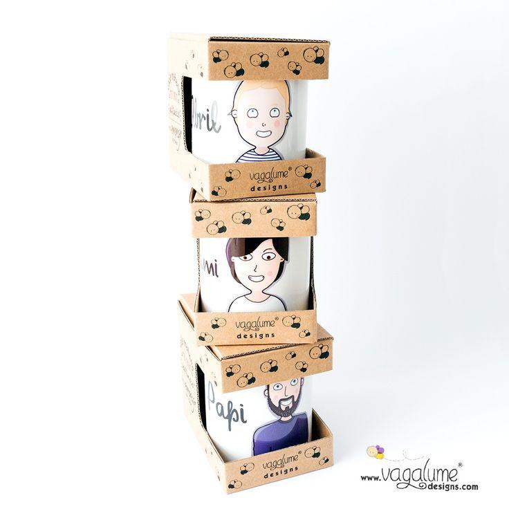 Pack de Tazas y Lámina Personalizado con caricaturas Para Una Familia Muy Divertida - Papá Mamá Abril Bebé
