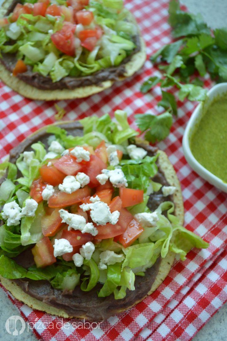 Deliciosas tostadas con frijoles, verdura, queso y un aderezo casero de cilantro de 3 ingredientes. Muy rápidas de preparar y a todos les encantan.