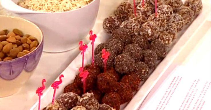 Goda och nyttiga chokladbollar på råchoklad, dadlar, rostad kokos och havregryn.