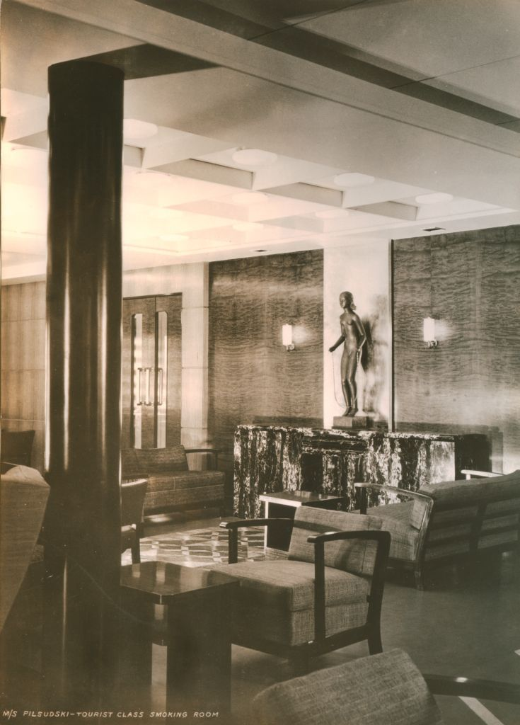 """Palarnia na pokładzie spacerowym M/s Piłsudski, klasa turystyczna. Nad kominkiem rzeźba """"Dziewczynka ze skakanką"""" Alfonsa Karnego."""