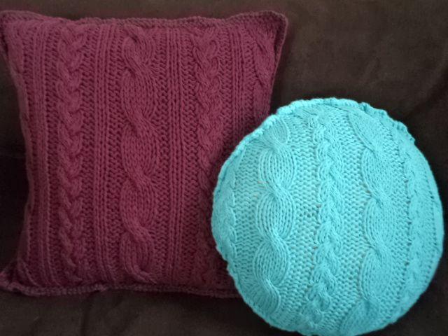Almohadones tejidos en hilo, en distintos colores y formas