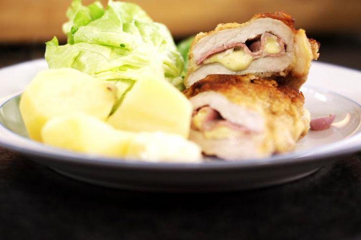Doorgaans kopen we cordon bleu kant-en-klaar. Maar het is een koud kunstje om ze gewoon helemaal zelf te maken. Dan bepaal je ook welke ham en welke kaas je erin stopt. Samen met een eenvoudige sla en gekookte aardappelen zet je échte dagelijkse kost op de tafel.