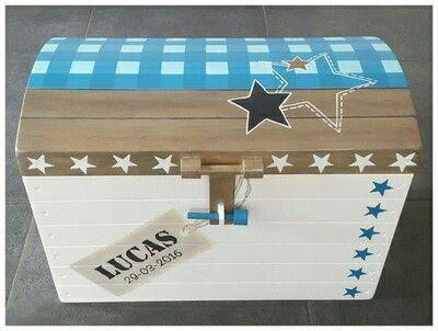 Prachtige kist in de vorm van een schatkist, beschilderd met de naam en met de kleuren en motieven van het geboortekaartje. De kist is te gebruiken als speelgoedkist, geboortekist, herdenkingskist of om de 1e babyspulletjes en andere dierbare spulletjes in te bewaren.