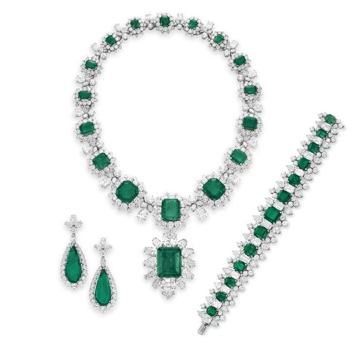 Juego de diamantes y esmeraldas de BVLGARI, 1958-1963. Regalos de Richard Burton entre 1962 y 1967. Estimado del collar: $1,000,000– 1,500,000. Estimado del anillo: $600,000-800,000. Estimado de los pendientes: $150,000-200,000. Estimado del brazalete: $300,000–500,000.