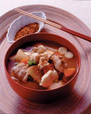 豆腐や豚肉、野菜がたっぷりと入ったボリューム汁物。煮もの感覚でいただきます。