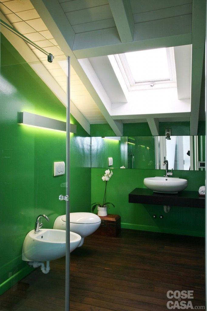 Nel bagno con le pareti rivestite in resina, un box doccia completamente trasparente è stato installato nella zona più alta, in linea con i sanitari sospesi. #casa #cosedicasa #arredamento #arredocasa #mansarda #arredarecasa #design #home #house #bagno #bathroom #ceramicaflaminia