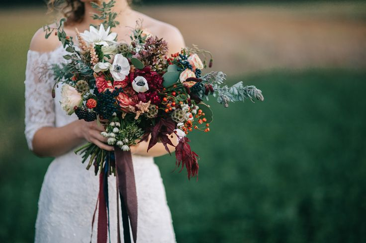 From dozens of sliced figs to a warm berry and sage color palette, this Romanian wedding features seriously stunning autumnal wedding decor.