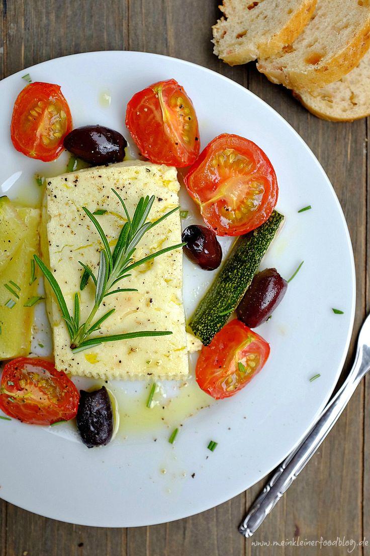 Unser Lieblings-Feierabendgericht: Gebackener Feta mit Tomaten, Zucchini und Rosmarin. In 5 Minuten im Ofen und in 20 Minuten auf dem Tisch. Super einfach und voller Geschmack!
