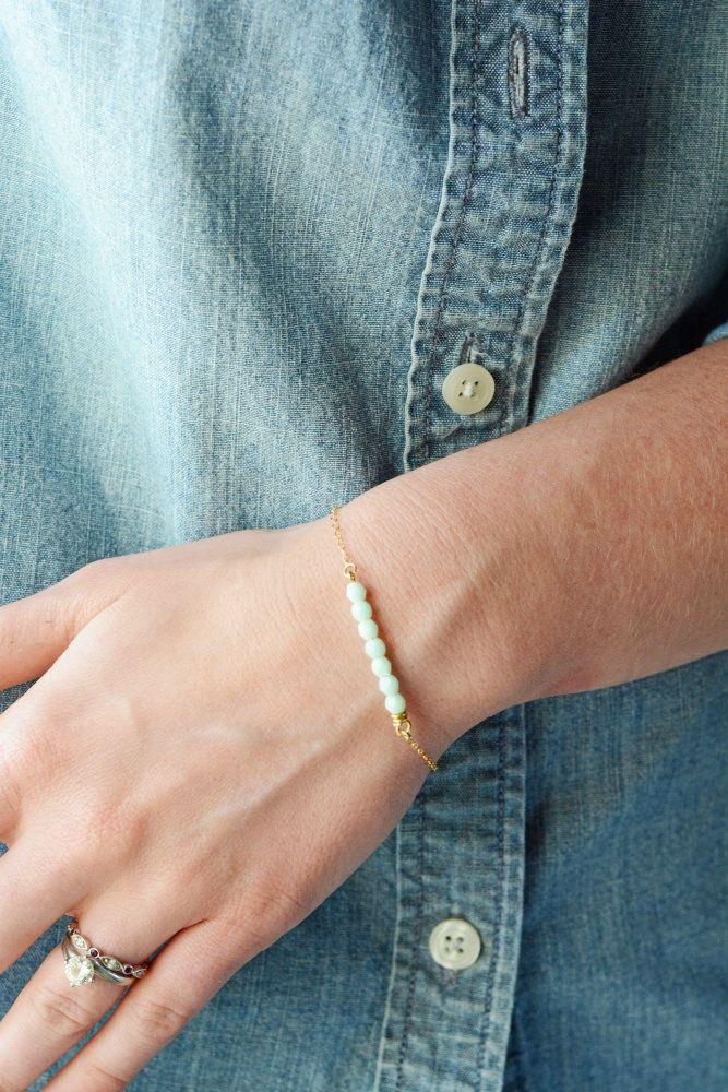 Kijk wat ik gevonden heb op Freubelweb.nl: een gratis werkbeschrijving om dit mooie armbandje te maken https://www.freubelweb.nl/freubel-zelf/zelf-maken-met-kraaltjes-en-ijzerdraad/