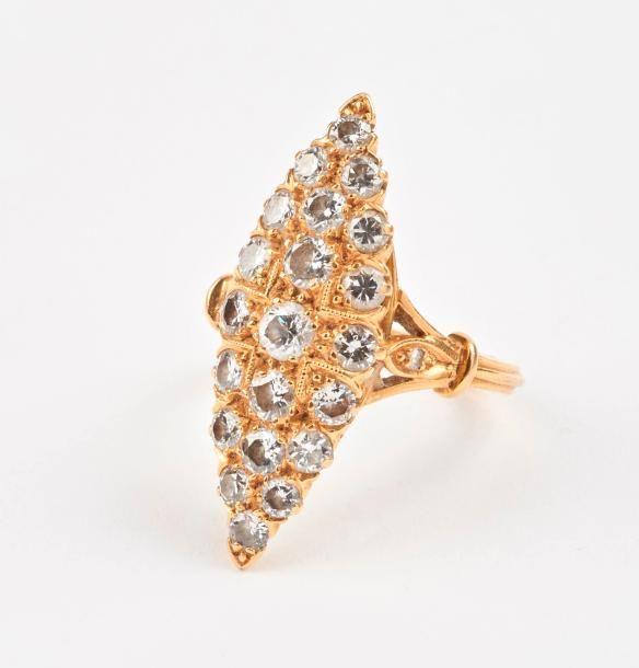 Bague marquise en or jaune (750) ornée de diamants de taille brillant moderne en serti grains. Poids brut : 8,6 g. - Tour de doigt : 53. - Drouot Estimations - 11/07/2017