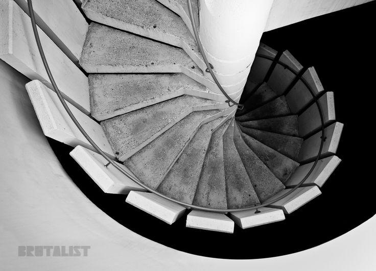 Treppen aller Baustile aus den unterschiedlichsten Epochen haben schon immer eine Faszination auf mich ausgeübt. Bei der Durchsicht meines Archives habe ich einige Beispiele des Brutalismus aus den Sechziger- und Siebziger Jahren entdeckt. Im ersten Teil möchte ich einige Treppen Fotos aus München nebeneinander stellen. Bei den Aufnahmen handelt es sich außschließlich um Außen- und Freitreppen, die das ganze Jahr der Witterung ausgesetzt sind.