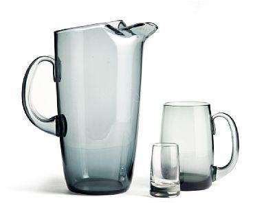 WILLY JOHANSSON JEVNAKER 1921 - D.SST. 1993  Mugge, ølseidler og drammeglass Hadeland Glassverk. Drammeglass i svakt grålig glass. Ølseidel og mugge i grått glass.
