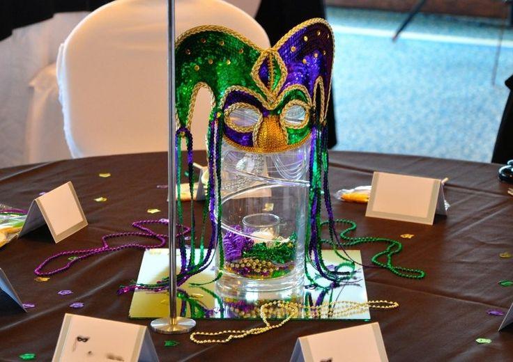 Tischdekoration mit glitzernder Karnevalmaske in Blau, Grün und Gold