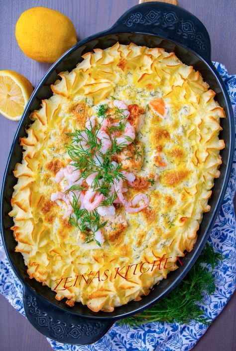 Festlig fiskgratäng med lax, spenat, läcker dillsås och duchessepotatis. En lyxig rätt som passar lika bra att bjuda på när man får gäster eller till vardags. Recept på fiskgratäng med torsk hittar du HÄR! och recept på tonfiskgratäng hittar du HÄR! 6 portioner 500 g laxfile Duchessepotatis: 800 g potatis (gärna mjölig) 2 dl mjölk 50 g smör 2 äggulor 1 tsk salt 1 krm riven muskonöt (går att uteslutas) Dillsås: 5 dl grädde (valfri fetthalt, jag använder vispgrädde. Om du vill ha mindre mängd…