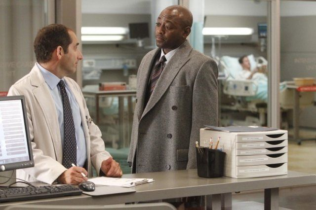 Still of Omar Epps and Peter Jacobson in House M.D. (2004)