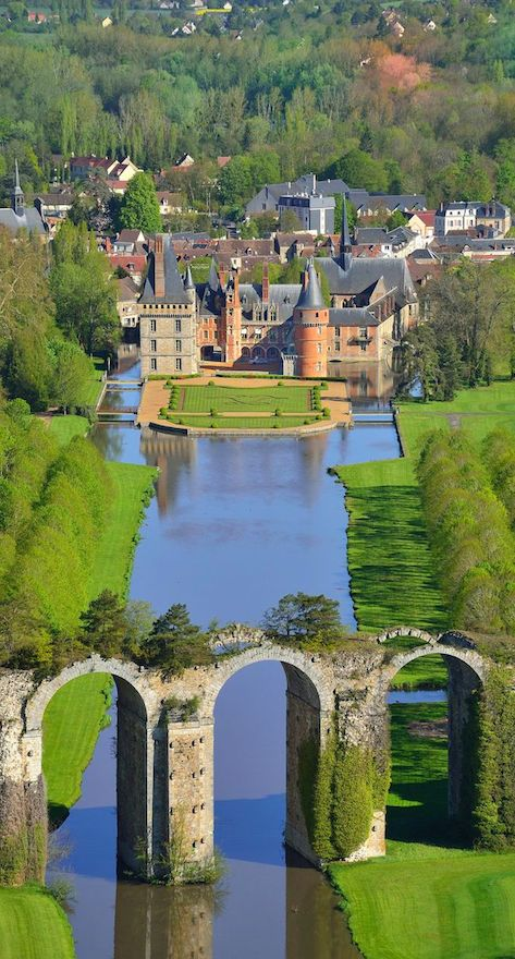 Château de Maintenon in Eure-et-Loir, France • photo: Lionel Lourdel on Photononstop. DE LA BELLA Y LEGENDARIA FRANCIA.