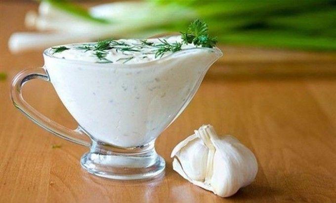 Vynikající česnekový dressing namísto majonézy | NejRecept.cz