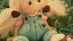 Linda y dulce muñeca Pepona country en porcelana fría, para regalar como souvenir tanto a niñas como a mayores.