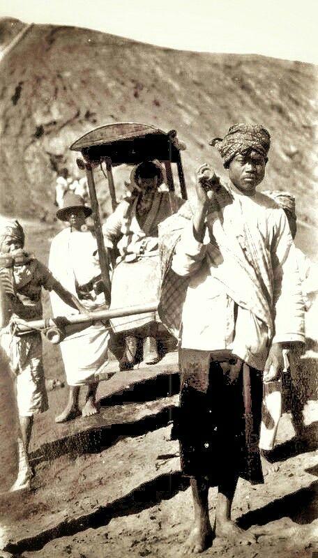Europese vrouw in een draagstoel bij de Batoer op Bali. 1930