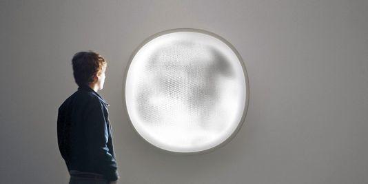 """La lampe à panneaux LED """"Demain est un autre jour"""", de Mathieu Lehanneur l'unité de soins palliatifs du groupe hospitalier Diaconesses Croix Saint-Simon, dans le 12e arrondissement de Paris.   Felipe Ribon"""