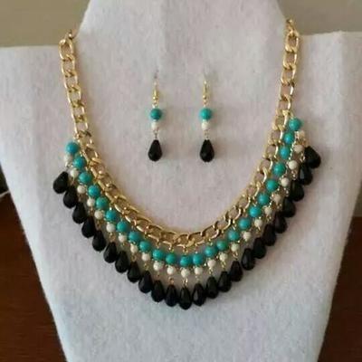 utilice cadena dorada, piedra turquesa, piedra color hueso y cristal gota color negro. También bastones y argollas para engarzar.  engarce las piedras