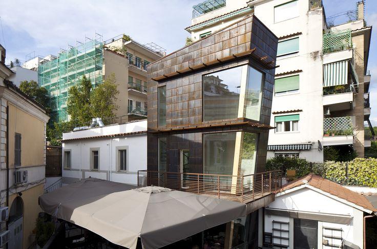 Ristorante Macello: Vista diurna dall'alto della Torretta, ampie vetrate di cristallo e rivestimento in acciaio corten