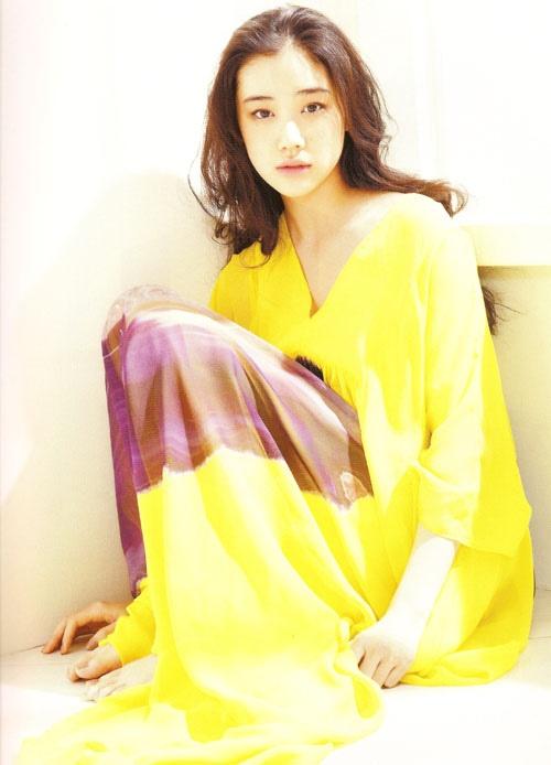 yu aoi in yellow