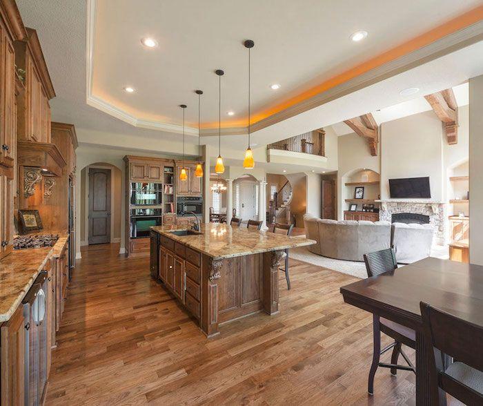 Küche Ideen Im Landhausstil Mit Möbel Aus Massivholz Und Arbeitsplatten Aus  Marmor, Laminat Boden