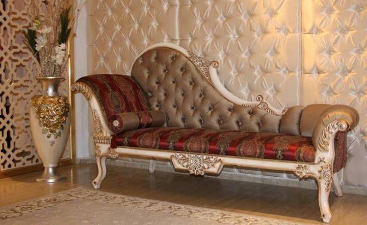 Sofa Mewah Motif Ukir SFK-005 Sofa dengan desain menarik ini terbuat dari kayu mahoni berkualitas yang disempurnakan dengan finishing cat duco.