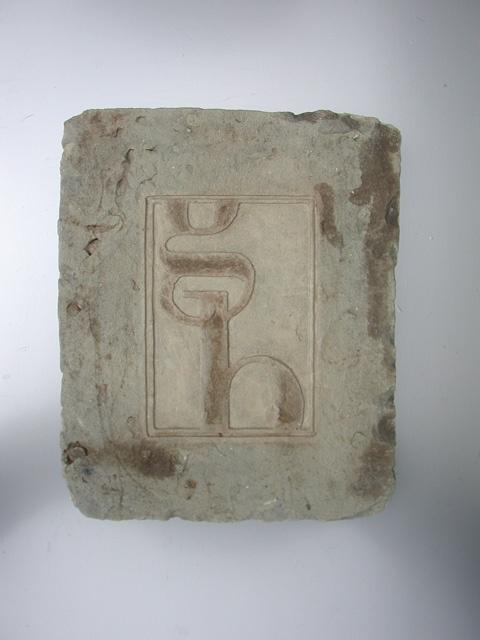 targa in pietra scolpita a mano con scritta in rilievo realizzabili in diverse tonalità.  www.guidoborgonovo.it
