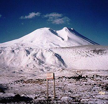 Volcán Antillanca (joyas del sol), se  ubica dentro del Parque Nacional Puyehue en la ciudad de Osorno, al sur de Chile. En temporada invernal opera como centro de sky.