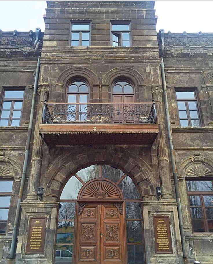 1877-1896 Rus Cheltikov Ailesi Kars'a yerleşerek binayı kendilerine konak olarak yapmıştır. Daha sonra Rus hükümetine devredilen bina uzun süre Opera Binası olarak kullanılmıştır. Rus'lar Kars'ı terk ettikten sonra bina sırasıyla sübyen mektebi, askeri ecza deposu, OPERA, hastane, doğumevi, en son olarak' ta hekim evi olarak hizmet vermiştir.