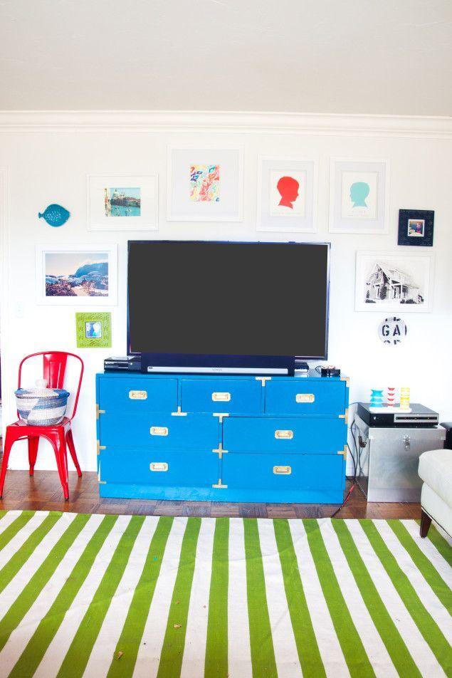 How to design a gallery wall around your flatscreen TV - colorful living room - gallery walls - www.pencilshavingsstudio.com