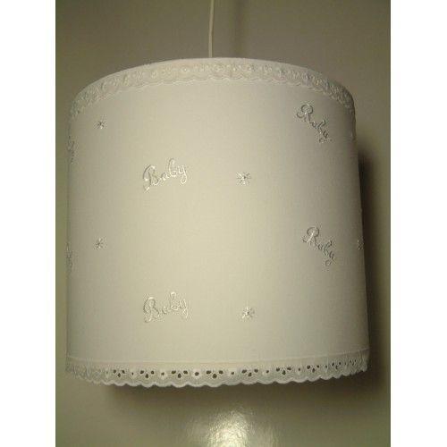 Verlichting op een babykamer dient functioneel te zijn maar moet ook zorgen voor de juiste sfeer in de babykamer,Deze witte en kanten lamp is van katoen en met glanskatoen met de tekst baby heeft een mooie rustige uitstraling. Hoogte 25 CM Doorsnede 30CM. Incl. Lamppendel Je mag ook zelf een idee of ontwerp aanleveren voor een leuke kinderkamer lamp. En is leuk te combineren met een muziekster