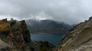 """Image copyright                  Getty                  Image caption                     El espectacular lago del cráter del volcán Paektu o Changbai está entre la frontera de China y Corea del Norte.   No mucha gente ha oido hablar del Monte Paektu, pero para los vulcanólogos es """"un dragón dormido"""". El volcán, ubicado en la frontera de China y Corea del Norte, fue escenario de una de las mayores erupciones de la historia, la llamada &#82"""