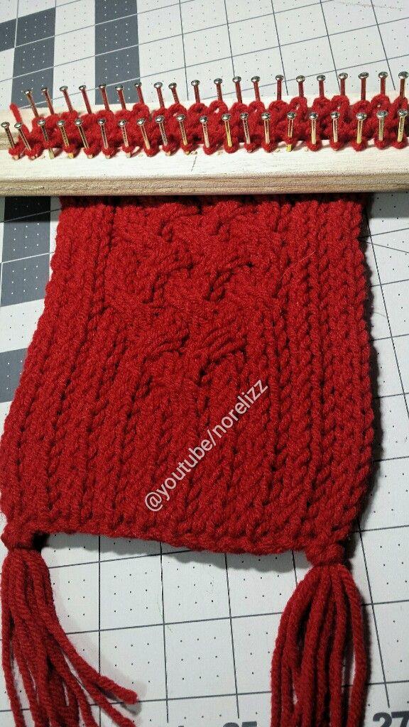 Hola, apurados tejiendo para estas fiestas verdad? Aquí les dejo un muestra que es una variante de la bufanda enrrejada roja, los detalles ...