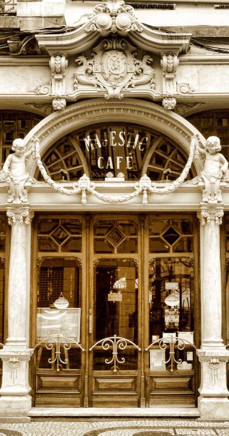 Majestic Café, Porto, Portugal. O Majestic é um café histórico cuja relevância advém tanto da ambiência cultural que o envolve, nomeadamente a tradição do café tertúlia, onde se encontravam várias personalidades da vida cultural e artística da cidade, como também da sua arquitectura de identidade Arte Nova.