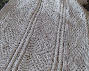 #8 sulla coperta è per il mio riferimento per essere sicuri che ottenete la coperta che avete ordinato. Il tag è cucito con un filo che può essere facilmente rimosso.  Questa coperta Baby è maglia usando un modello di cuore ad entrambi i lati del cavo e occhiello motivo che è nel pannello centrale. Ha un bordo intorno a tutta la coperta con il legaccio... in modo che non si metta. Il modello è bellissimo e la coperta potrebbe essere una coperta culla, culla afgano, coperta di passeggino…