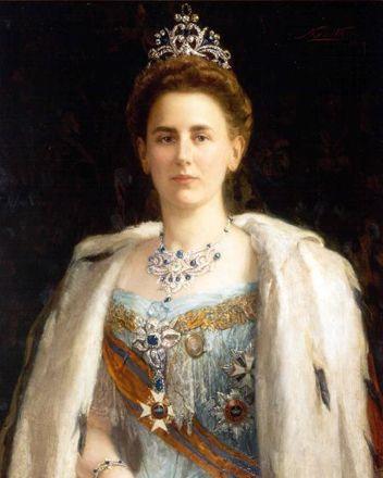 Queen Wilhelmina 1898.  Dit nationaal geschenk dat bij haar huwelijk werd gegeven werd na Wilhelmina's overlijden op last van koningin Juliana gesloopt. De 800 edelstenen werden in moderne sieraden gezet.