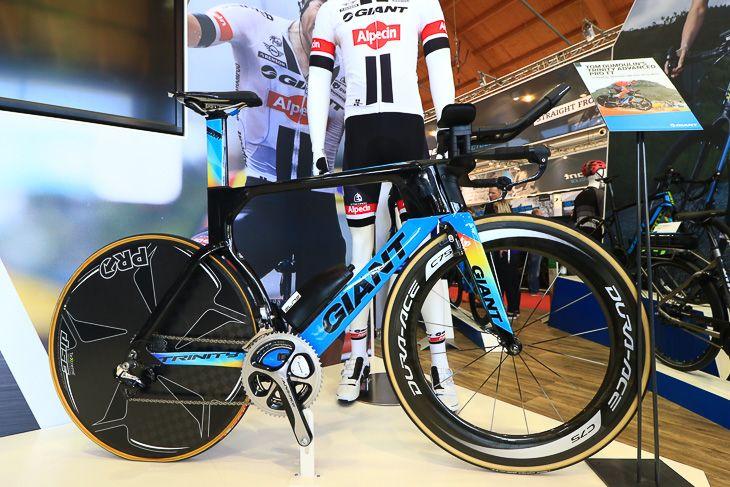 トム・ドゥムラン(オランダ)のリオオリンピック個人TT銀メダル獲得に貢献したレインボーカラーの「TRINITY ADVANCED PRO TT」: photo:Makoto.AYANO
