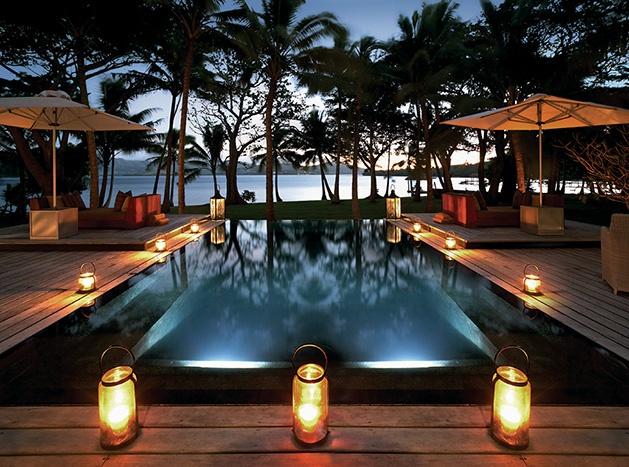 génial les sièges incorporés dans la piscine