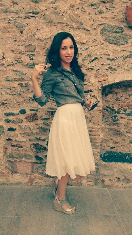 Falda midi mng Camisa denim only Sandalias xti Gafas carolina herrera #outfits #anadrosupersonalshopper #moda #tendencias