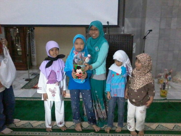 The committee of Pesantren Ramadhan Masjid Universitas Indonesia gave the Wieraning Shop gifts for the participant on July 28th 2013