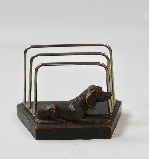 Alter Briefhalter für Hundeliebhaber, Schreibtischgarnitur, Briefständer, Serviettenständer, Art Deco  Ein antiker Briefhalter, der sicher den Schreibtisch eines Jägers oder Hundebesitzers schmückte. Ich würde schätzen, dass er aus den 30er, 40er Jahren stammt.  Der Ständer ist aus dunklem Holz mit einem geschnitzten Hund sowie einem Metallgestell für die Aufbewahrung der Post. Er ist in einem guten altersentsprechenden Zustand, mit der üblichen Patina am Metall.  Schöne Deko für den…