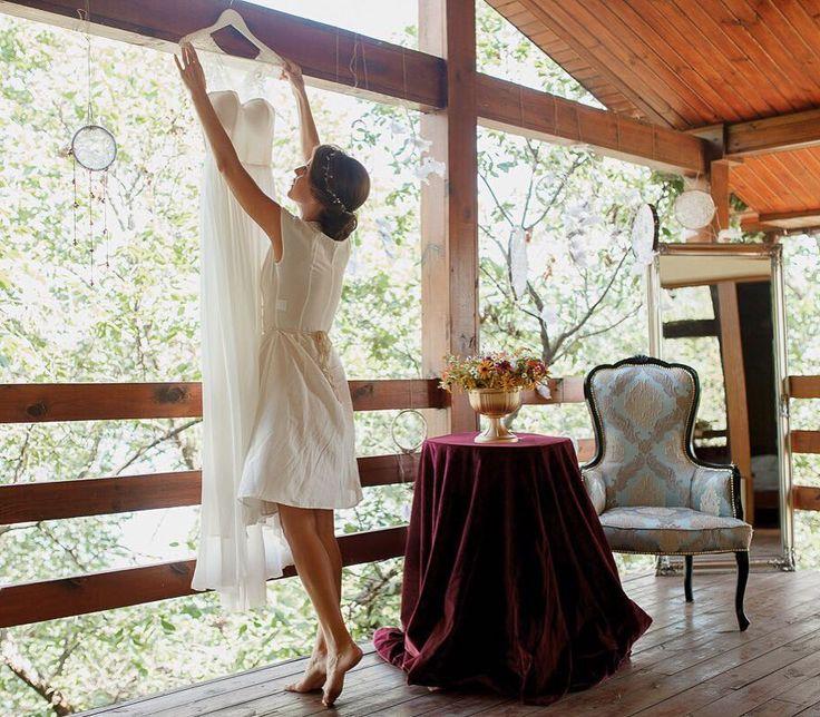 Место проведения церемонии и сборов невесты была выбрана частная база за городом - место проведения детских летних каникул невесты связанное с приятными воспоминаниями.  Платье невесты - само совершенство созданное ручками прекрасных девочек @cathytelle. Простое лёгкое просто невесомое! В него невеста влюбилась сразу же после примерки. И мы нужно сказать тоже! Фотограф @zharikovphoto  Макияж невесты и подружек @ann_boguslavska  Прическа @weddinghairstyleszp  Платье невесты @cathytelle  Декор…